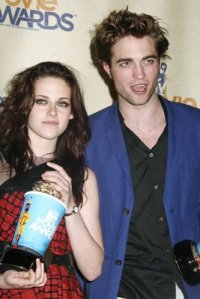 stewart_pattinson_carpet_mtv_01jun09_04